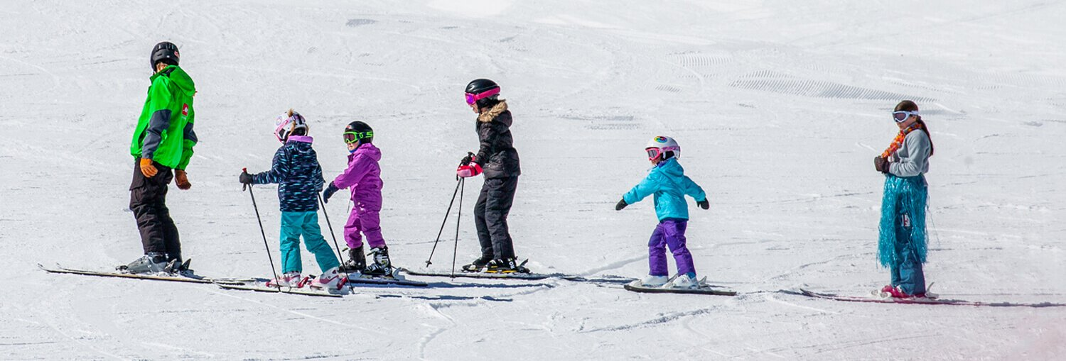 Group kids ski lesson