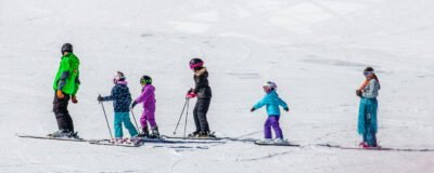 Group kids ski lesson