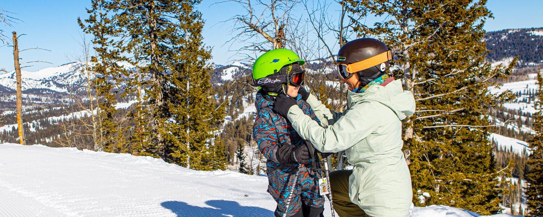 Adjusting ski helmet